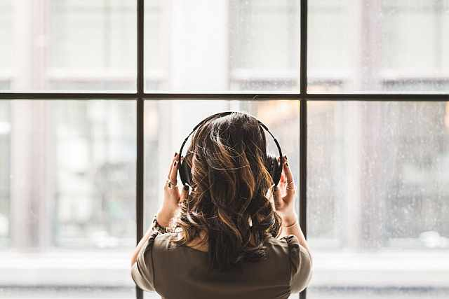 6 Must-listen Podcasts for Commuting to University